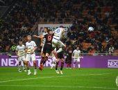 ميلان يعود بريمونتادا مثيرة أمام فيرونا ويتصدر الدوري الإيطالي.. فيديو