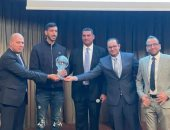 تكريم يحيى خالد لاعب منتخب اليد فى اجتماع رابطة الجالية المصرية بالمجر