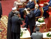 شيخ الأزهر يهدى الرئيس السيسي مصحف الأزهر الشريف