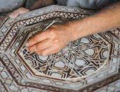 إيد تتلف فى حرير.. الأرابيسك حرفة مصرية أصيلة ممزوجة بالفن والذوق والشياكة