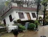 شاهد.. الفيضانات تجرف منزلا بالهند وسط ذهول سكان المنطقة