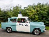 هوايات مجنونة.. بريطانى يشترى سيارات الشرطة المتهالكة ويجددها لتوثيق التاريخ