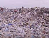 لقطات من مراحل عملية إعادة تدوير النفايات البلاستيكية فى الكونغو.. فيديو