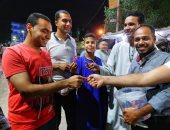 شباب أقباط يوزعون حلوى المولد النبوى على المسلمين بشوارع الأقصر.. صور
