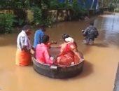 """اتزفوا فى طشت.. هكذا وصل عروسان هنديان لحفل زفافهما وسط الفيضان """"فيديو"""""""