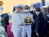 اللواء أحمد إبراهيم يهدى الرئيس السيسى هدية تذكارية بحفل تخرج طلاب الشرطة