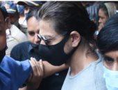 شاروخان يزور ابنه آريان فى السجن بعد رفض المحكمة الإفراج عنه.. فيديو وصور