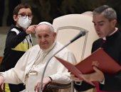 طفل يحصل على قبعة بابا الفاتيكان خلال إلقاء خطابه الأسبوعى.. فيديو