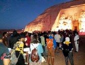 """بث مباشر.. توافد السائحين على معبد أبو سمبل لمشاهدة """"تعامد الشمس"""" (فيديو وصور)"""