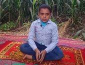 """""""عمر عماد"""" طفل 11 عاما صاحب صوت ذهبى في التلاوة والتواشيح بين الزراعات.. فيديو"""