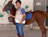بسبب أزمة الوقود.. مدرس لبنانى يمتطى حصانا للذهاب إلى المدرسة