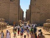 سياح العالم يتوافدون على معبد الكرنك بالأقصر للاستمتاع بدفء الشتاء في أحضان حضارة الفراعنة