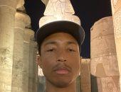 """فاريل ويليامز وأسرته والفنان """"جى آر"""" يستمتعون بزيارة الآثار المصرية.. صور"""