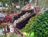 الطماطم كيلو ونصف بـ 10 جنيهات والبصل بـ5.. جولة داخل سوق الخضار بالغردقة.. لايف