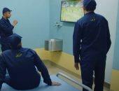 الأسوار لا تمنع السجناء من متعة الرياضة.. شاهد تفاعل النزلاء مع المباريات