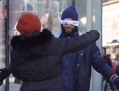 الإندبندنت: مسلم معصوب العينين يختبر ثقة المارة عبر معانقته فى كندا