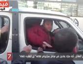 """بالفيديو.. أبناء مبارك يعتدون على مواطن بميكروباص هتف: """"زى النهارده خلعناه"""""""