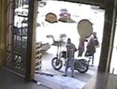 أمن القليوبية يكشف غموض سرقة دراجة نارية من قائدها.. وضبط الجناة