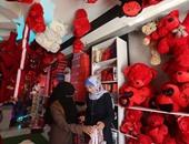 غزة تقاوم الحصار بالحب.. شوارعها تزينها الورود والهدايا فى الفالنتين