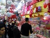 """بالصور.. كورنيش الإسكندرية يحتفل بعيد الحب.. والهدايا والورود تنتشر بشوارع عروس البحر.. وزحام بالسينمات والمتنزهات .. والبائعون: """"ليلة مفترجة ورزقها واسع"""""""