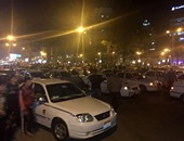 بالفيديو.. سائقو التاكسى الأبيض ينقلون وقفتهم الاحتجاجية لأعلى كوبرى أكتوبر