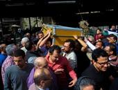 وصول جثمان الكاتب علاء الديب إلى مسجد السيدة عائشة
