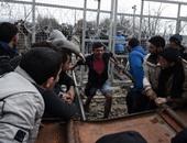 بالصور.. لاجئون يقذفون الشرطة بالحجارة والمواسير على حدود مقدونيا واليونان