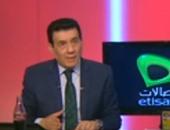 بالفيديو.. شاب يفاجئ مدحت شلبى فى استاد مصر قبيل مباراة القمة