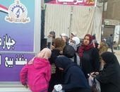 بالصور.. إقبال المواطنين على سيارات الخدمة الوطنية لبيع اللحوم بطوخ