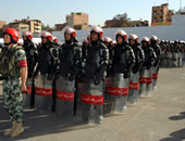 الأمن يفصل بين أنصار مبارك وأسر الشهداء أمام أكاديمية الشرطة