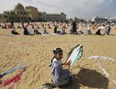 أطفال فلسطينيون يطلقون طائرات ورقية فى ذكرى موجات المد باليابان
