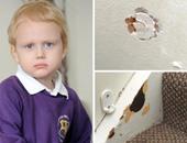 بالصور.. طفل بريطانى يبلغ 5 سنوات يأكل الخشب والطين والجدران والأرضيات