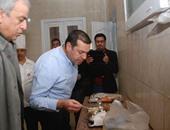 محافظ أسيوط يتذوق وجبات مستشفى أبنوب ويضع خطة جديدة للنظافة