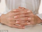 احذر.. عرق اليدين علامة على مشكلة بالغدة الدرقية