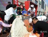 """الصين تدخل """"جينيس"""" بأكبر فطيرة محشوة فى العالم تعادل 700 ألف فطيرة صغيرة"""
