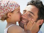 انتبه.. تعلق طفلك الشديد بك يعيقه اجتماعيا وفكريا.. اعرف الأسباب والعلاج