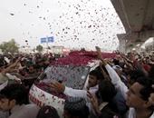 بالصور.. عشرات الألوف يلقون الورود على نعش رجل شرطة باكستانى تم إعدامه