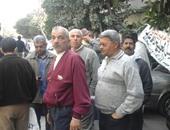 العاملون بشركة النيل لحليج الأقطان يقطعون شارع حسين حجازى