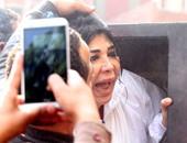 """بالفيديو والصور .. غادة إبراهيم باكية عقب الحكم ببراءتها: """"والله العظيم مظلومة"""""""
