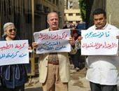 """بالفيديو والصور..  بدء وقفة الأطباء أمام مستشفى المنيرة للمطالبة بمحاكمة المعتدين على """"المطرية"""""""