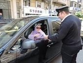 مديرية أمن الإسكندرية توزع الورود على الأمهات بالطريق العام