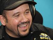 """كيف احتفل هشام عباس بذكرى ميلاد """"الأبنودى"""" على راديو """"إينرجى"""""""
