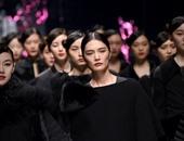 بالصور.. الأسود يتصدر عروض أزياء أسبوع الموضة ببكين