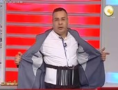 القرموطى يتهكم على خاطف الطائرة المصرية ويرتدى حزامًا وهميًا على الهواء