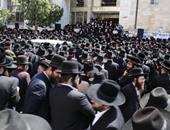 آلاف اليهود يشيعون جثمان حاخام أوصى بتسليم 100 دولار لكل من يحضر جنازته