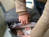 بالصور.. لحظة عثور مشرف السكة الحديد على 40 ألف جنيه بالإسكندرية