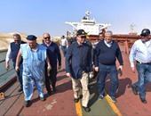 بالصور.. مميش يتفقد سفينة الصب البنمية الجانحة فى القناة ويطمئن العالم