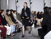 اللون الأسود يطغى على عرض أزياء المصمم الفرنسى جوليان دوسينا