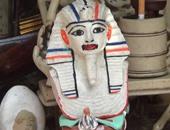 """بالفيديو..بعد لصق الأصلى بـ""""الصمغ""""..تمثال توت عنخ أمون بـ""""روج أحمر"""" فى شارع المعز"""