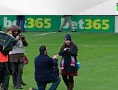 مشجع إيبار يطلب الزواج من صديقته فى مباراة برشلونة بالليجا